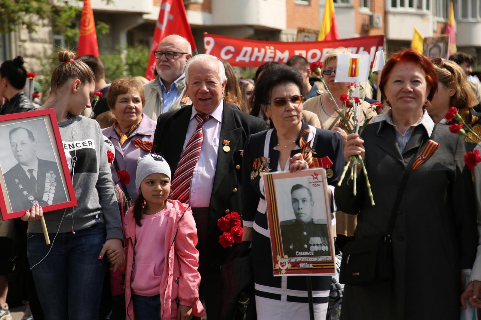Торжественное шествие в честь Дня Победы и митинги у братских захоронений